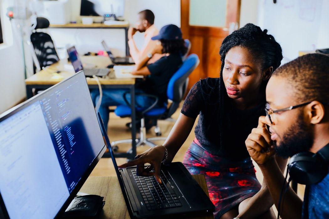 Deux personnes travaillent sur un ordinateur