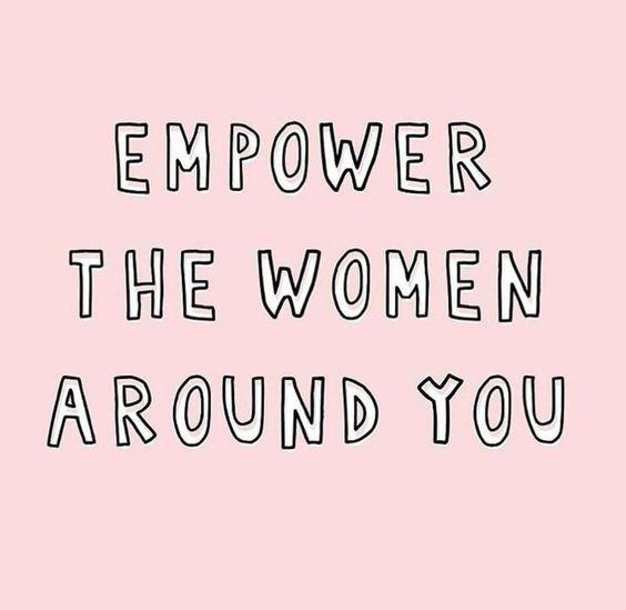 "La phrase ""Empower the women around you"" sur un fond rose"